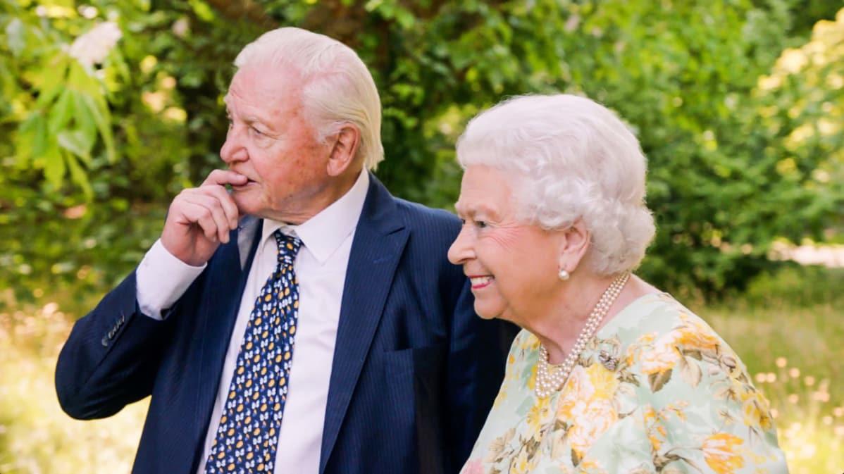 Kuningatar Elizabeth ja Sir David Attenborough Buckinghamin palatsin puutarhassa.