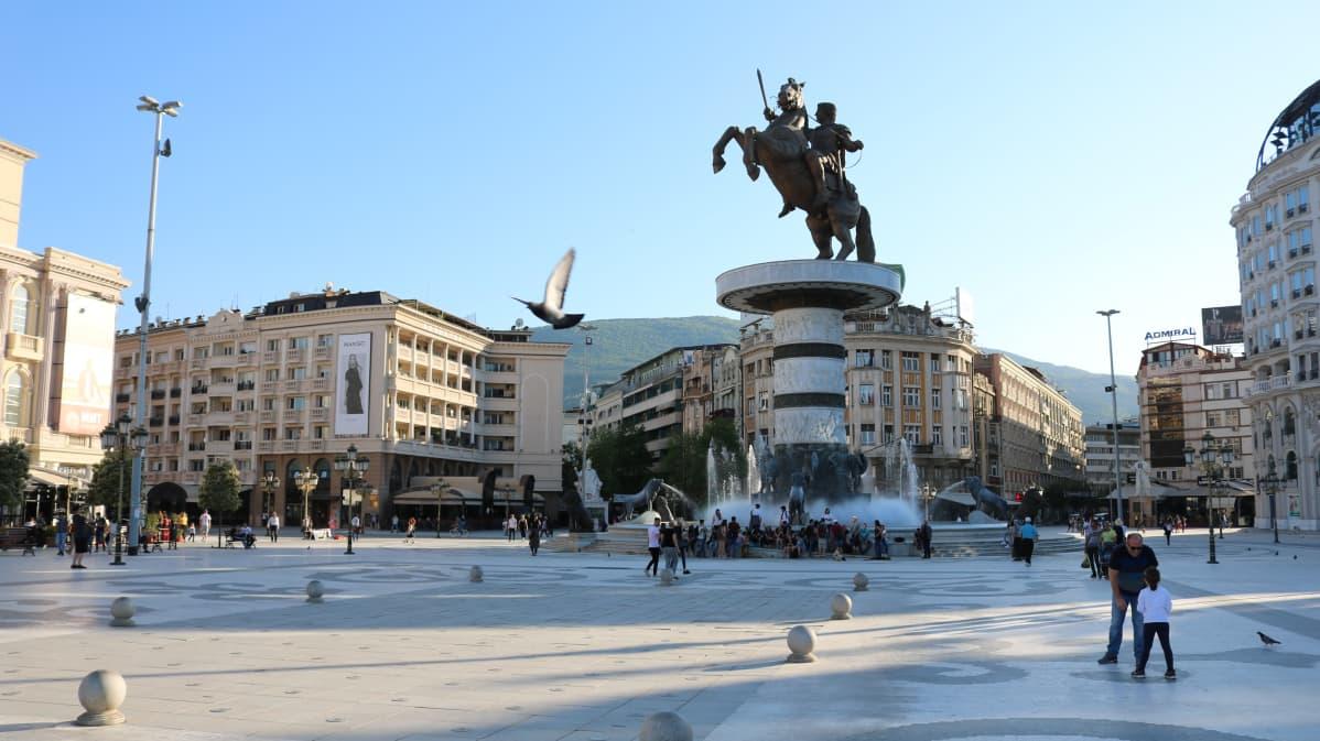 Aleksanteri Suuren patsas hallitsee Makedonian pääkaupungin Skopjen keskusaukiota.