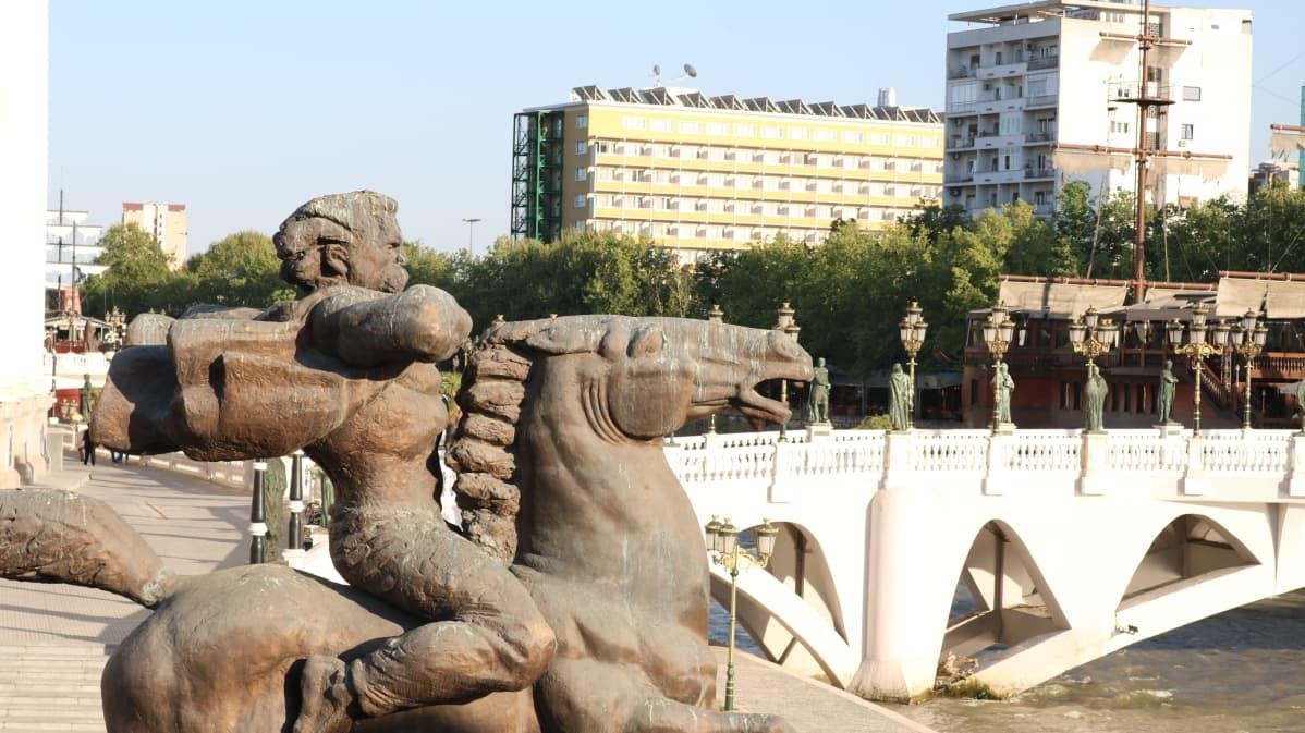 Ottomaanien vastaista kapinaa 1600-luvulla johtanut Karpoš sai patsaan Vardarjoen varteen 2011.