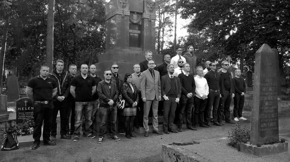 Ryhmä ihmisiä ja kansanedustaja Olli Immonen Eugen Schaumanin haudalla 2015.