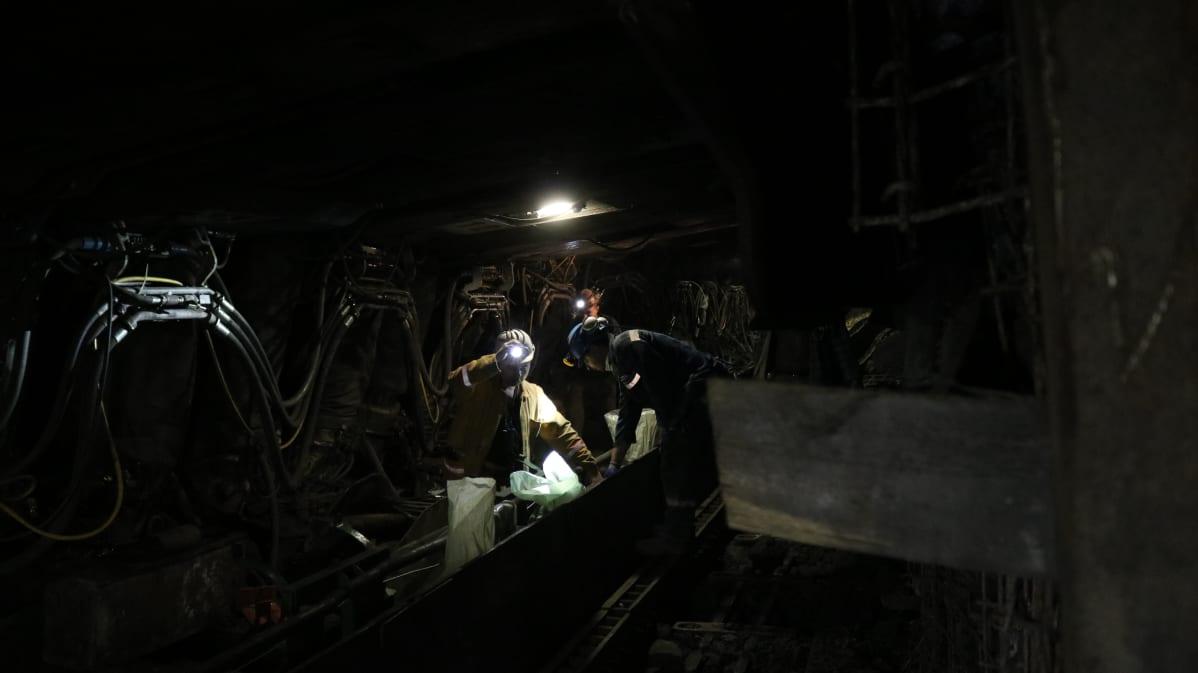 Hiiliesiintymän äärellä tehdään töitä hydraulisesti liikuteltavan katon alla.