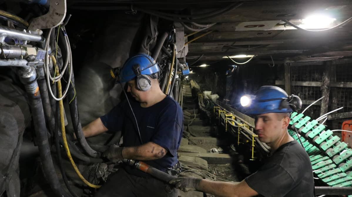Tomasz (vas.) on työskennellyt Bogdankan hiilikaivoksessa kymmenen vuotta.