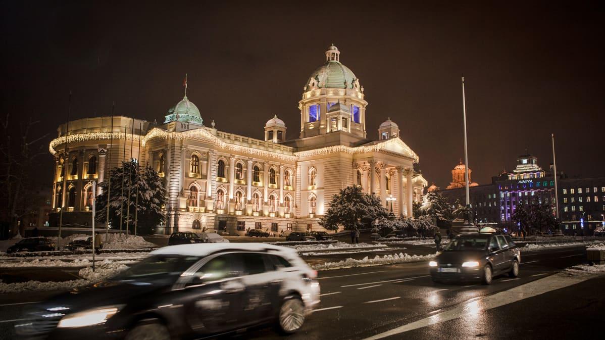 Serbian parlamentti jouluvalaistuksessa.