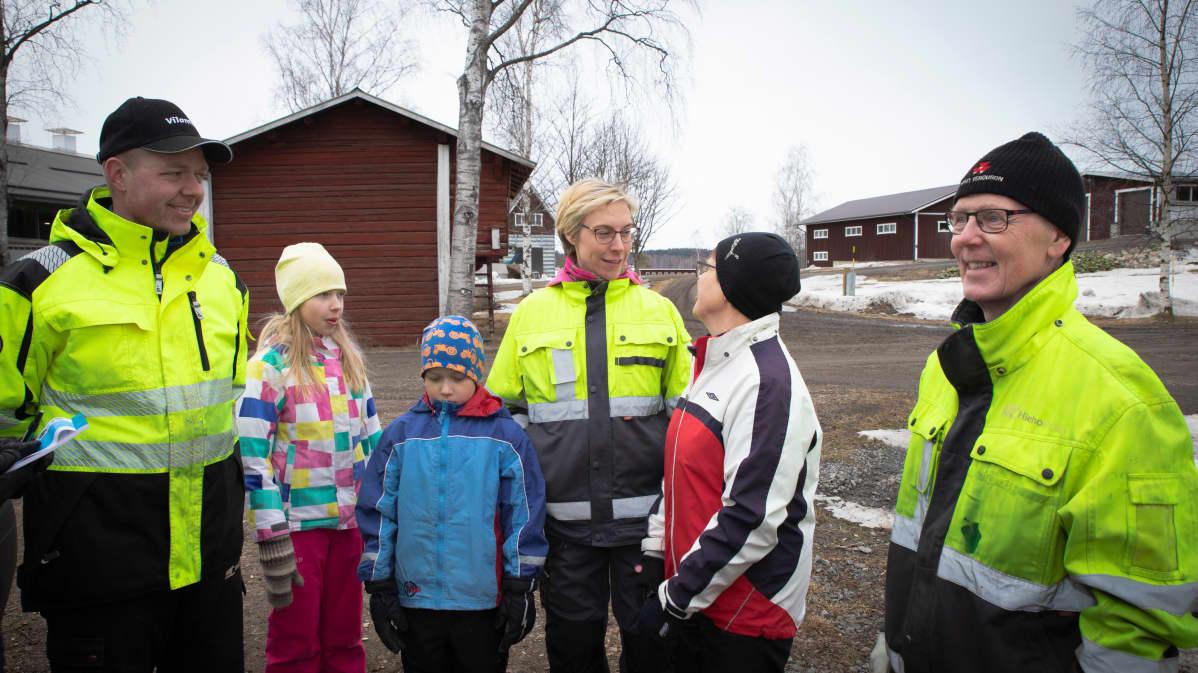 Anttilan perhe Yli-Tervalan tilan pihapiirissä.