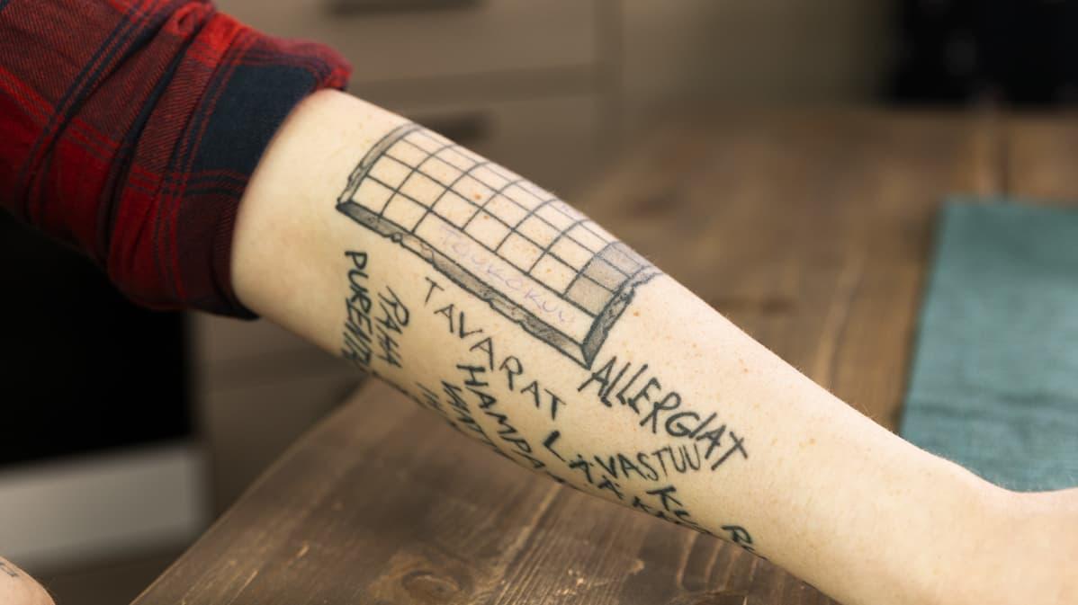 Kalenteri tatuoituna rovaniemeläisen Petri Vuomajoen käsivarteen.