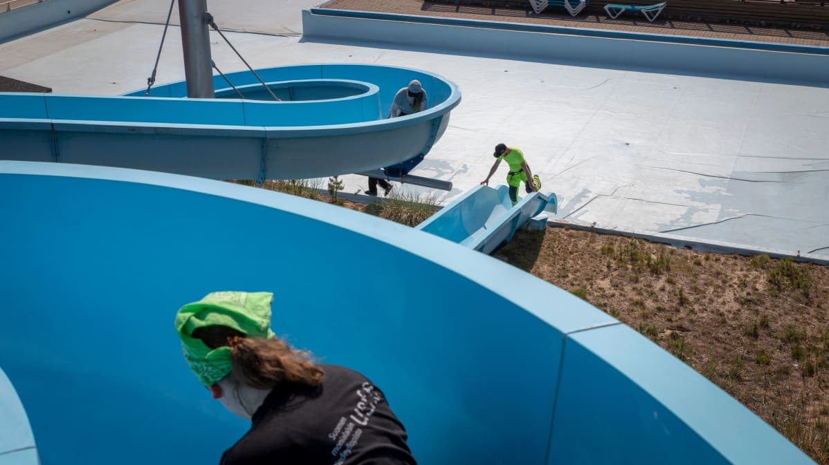 Kajajoen Jukuparkin vesiliukumäkeä huolletaan