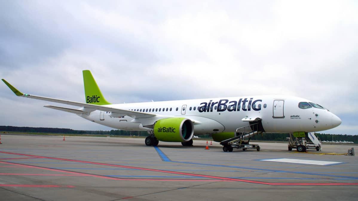 airBaltic Airbus A220-300 matkustajia nousemassa koneeseen