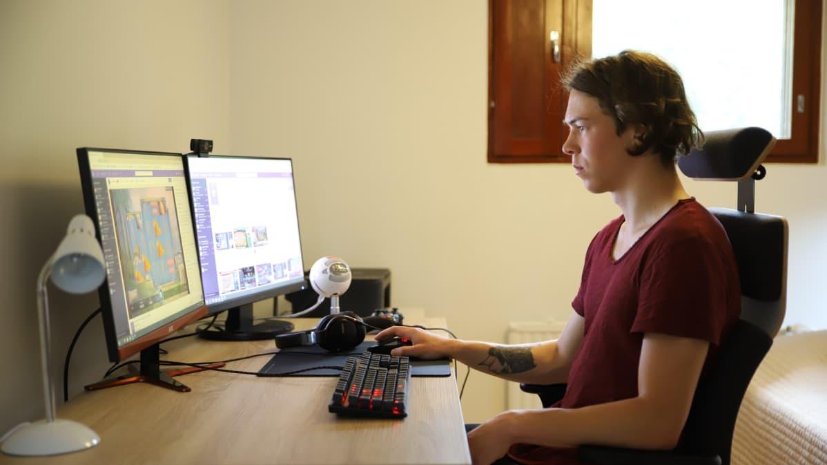 Ville Pakkala katselee kotonaan tietokoneelta nettikasino-striimiä Twitchistä.
