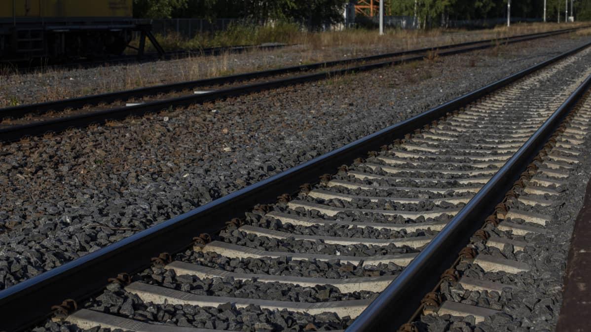 Muhoksen juna-aseman edustalla betonisia ratapölkkyjä.