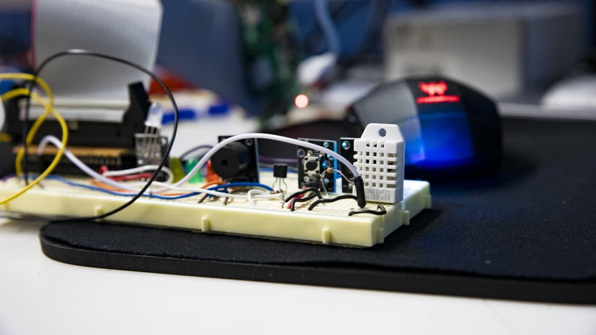 IoT-laite joka tunnistaa muun muassa lämpötiloja.