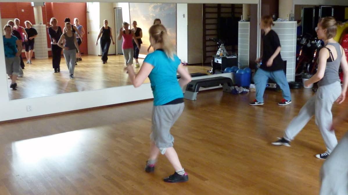Nuoret opettelevat housea DanceBeat katutanssikurssilla