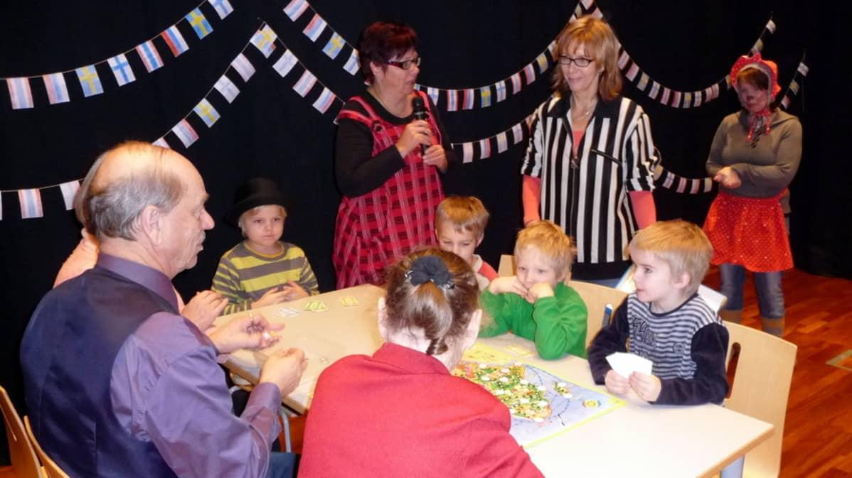 Lapset ja vanhukset pelaavat yhdessä Afrikan tähteä.