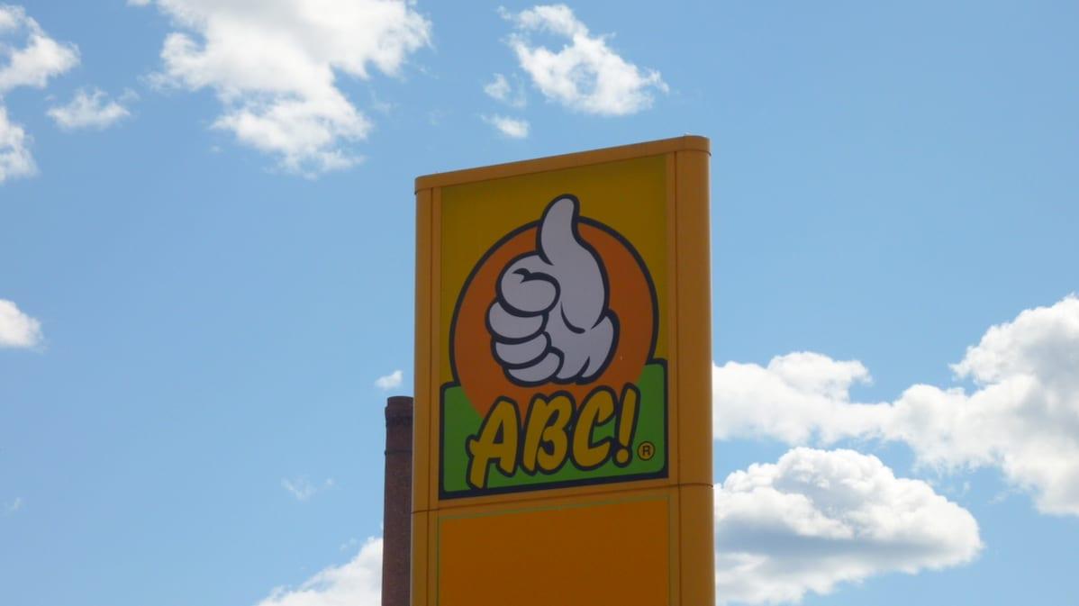 ABC:n logo mainospylväässä
