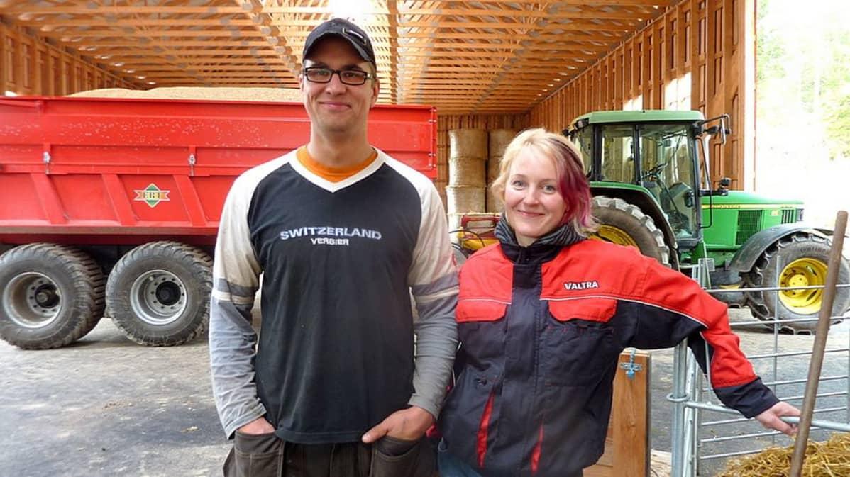 Katja Sihvonen ja Hannu-Pekka Syrjälä rakenteilla olevassa lampolassaan