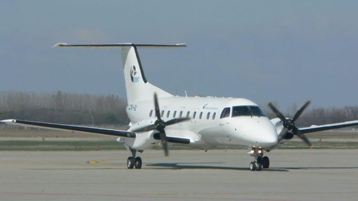 BASe Airlinesin 30-paikkainen Embraer 120ER -lentokone.