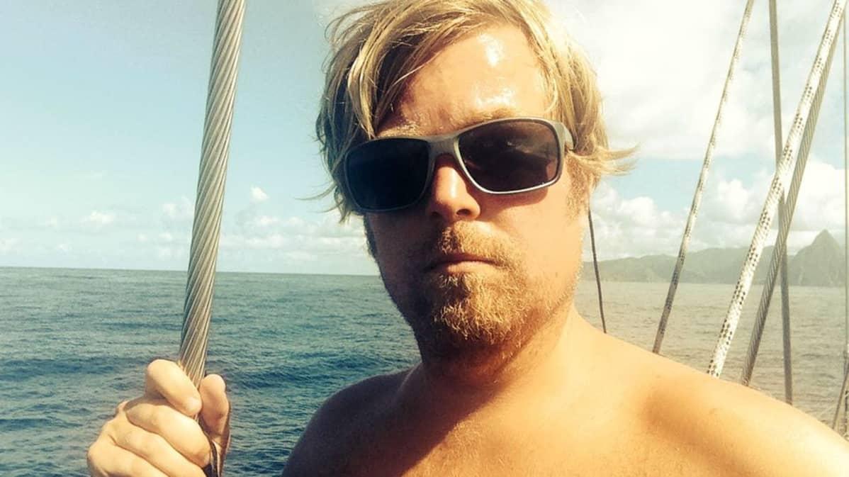 Ville Sarkamo aurinkolasit päässä laivan kannella