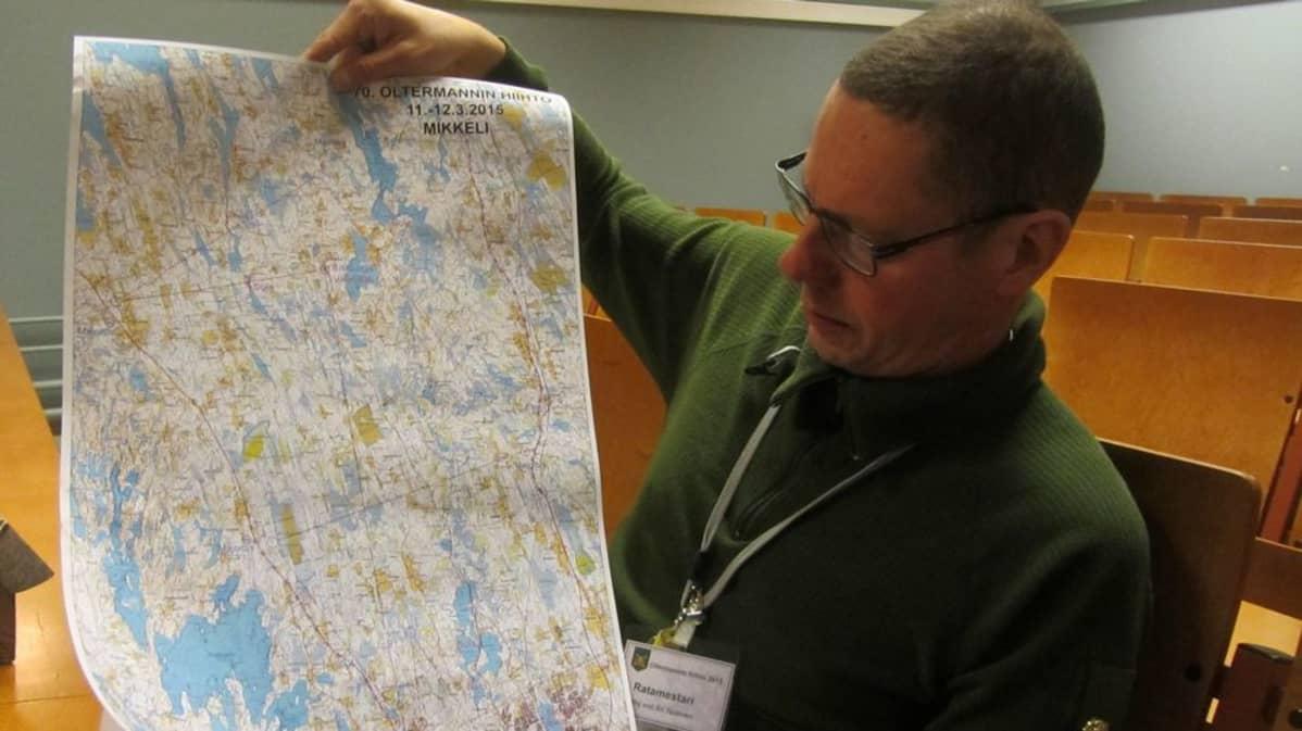 Ratamestari Ari Taskinen esittelee Oltermannin hiihdon kilpailukarttaa.