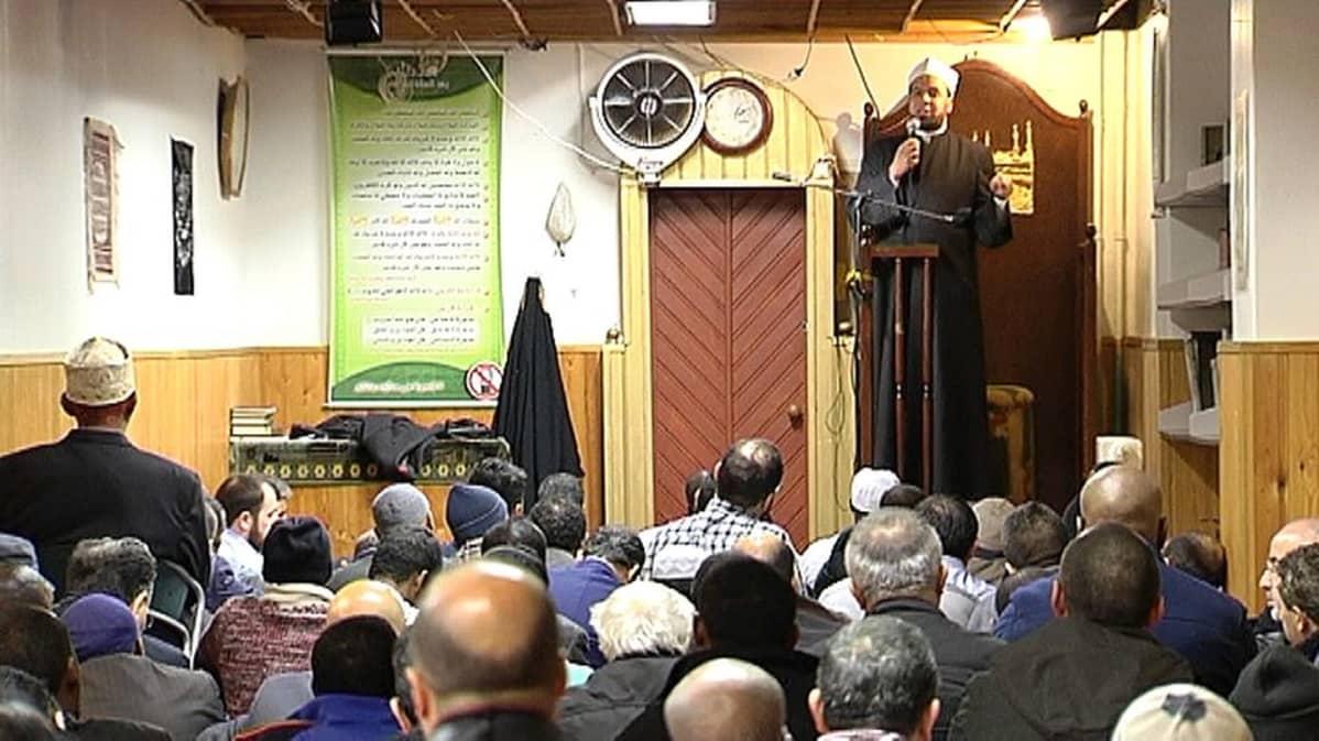 Imaami saarnaa Suomen islamilaisen yhdyskunnan moskeijassa 13.3.2015.