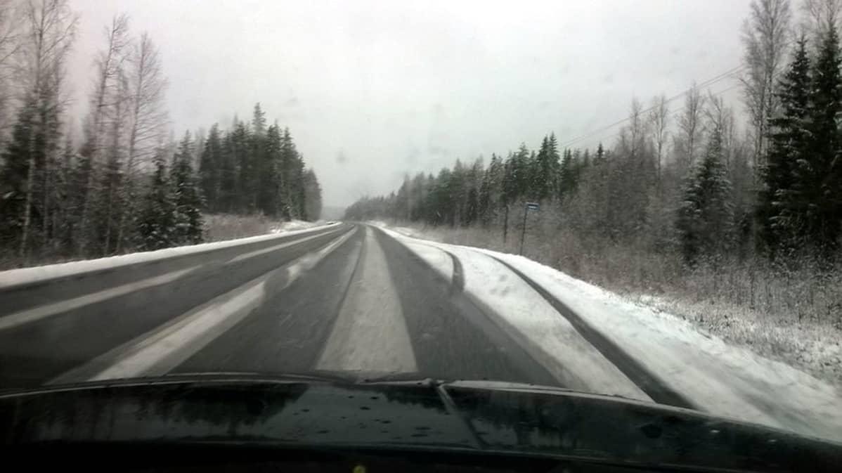 Osittain luminen maantie ja räntäsadetta.