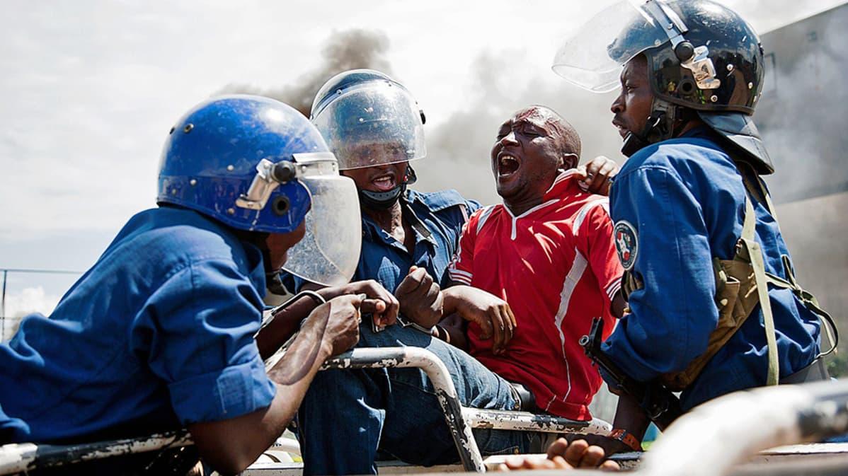 Poliisit ja mielenosoittajat ottivat yhteen Burundin Bujumburassa.