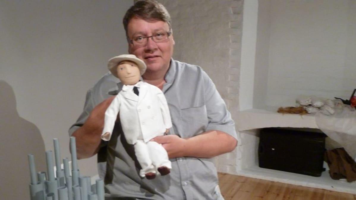 Juha Laukkanen ja Sibelius-nukke