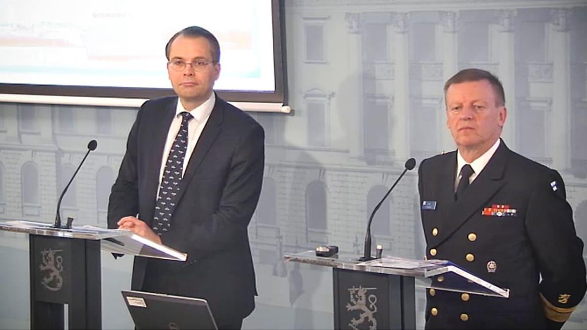 Puolustusministeri Jussi Niinistö ja kontra-amiraali Kari Takanen valtioneuvoston tiedotustilaisuudessa 25. syyskuuta 2015.
