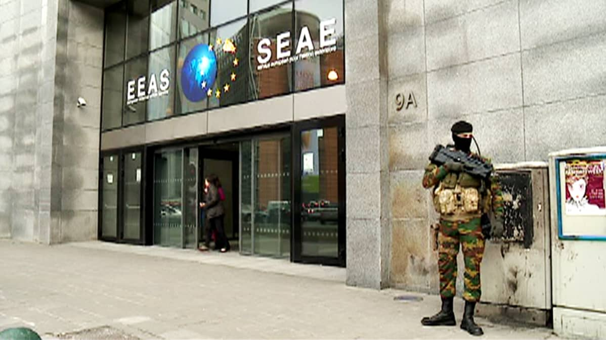 EU:n ulkosuhdevirasto sotilaan vartioimana