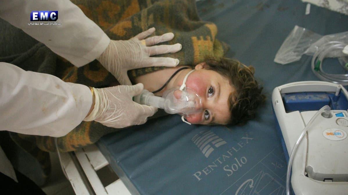 Syyrialainen uhri epäillyn kemiallisen iskun jälkeen sairaalassa 4. huhtikuuta.