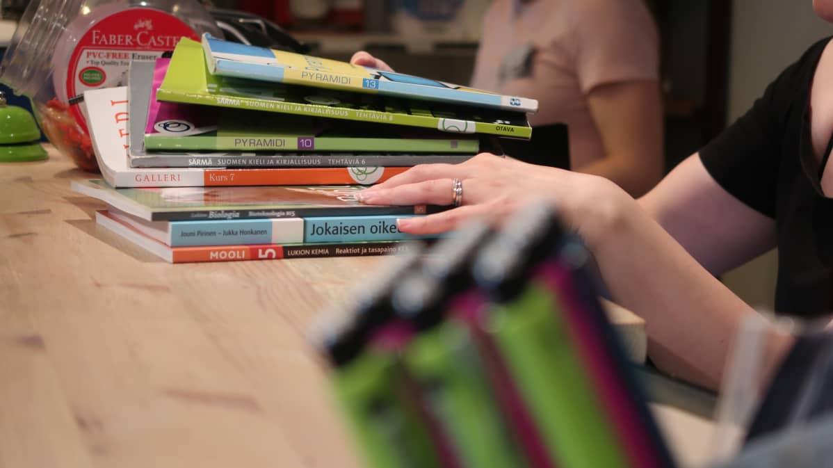 Kirjapino kassapöydällä.