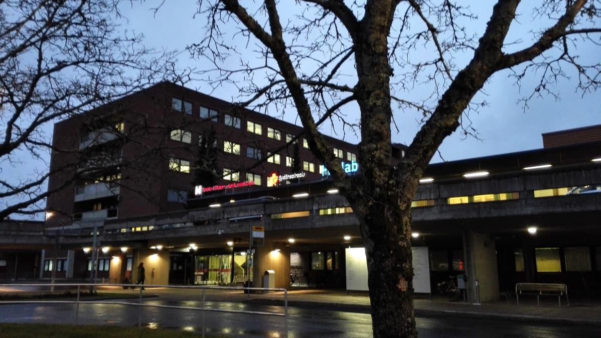 Kanta-Hämeen keskussairaalan julkisivu hämärässä kuvattuna.
