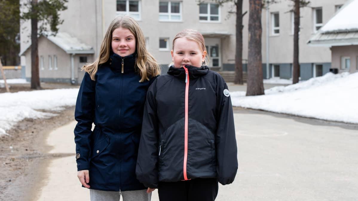 Ellen Tervahauta ja Siiri Saijets palasivat hyvillä mielin kouluun pitkän etäopetusjakson jälkeen.