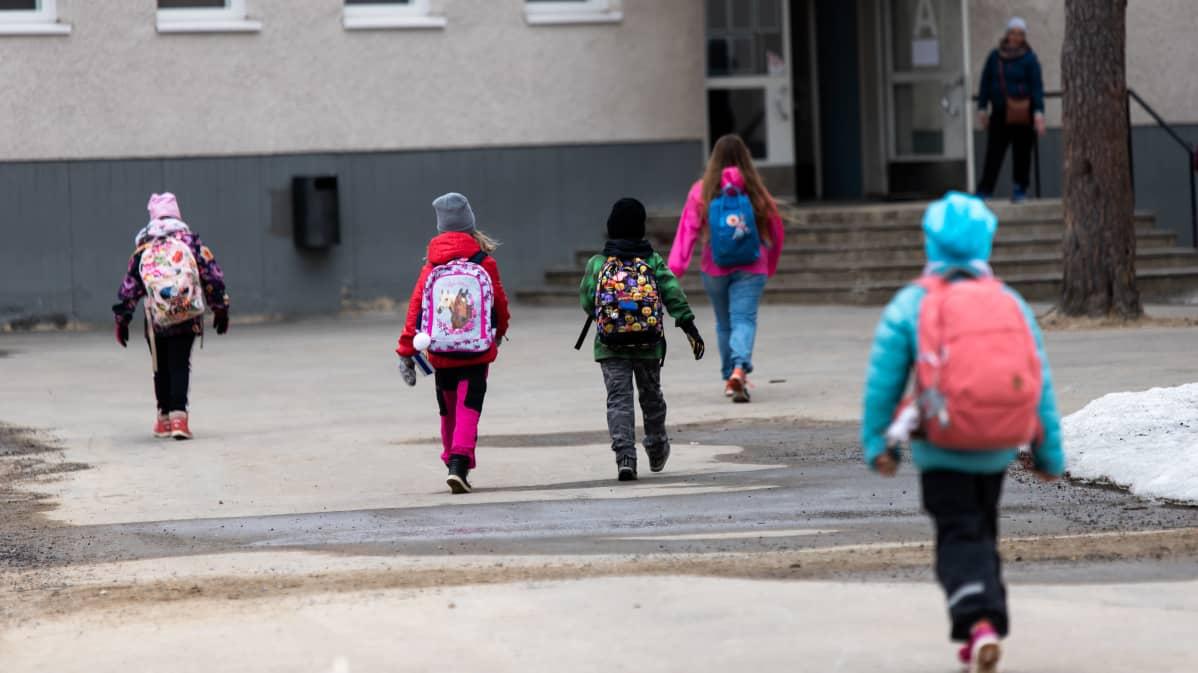 Ivalon koululaiset palaavat kouluun.