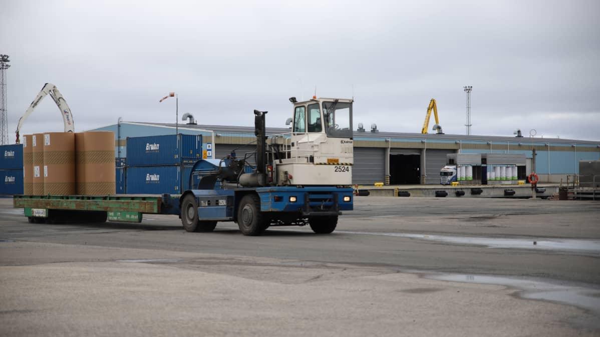 Vetomestari vie paperirullia varastoon Kemin Ajoksen satamassa