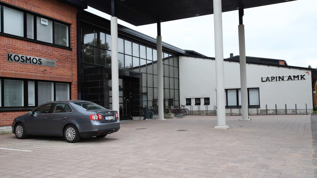 Lapin ammattikorkeakoulun Kemin toimipisteen pihassa on etäopiskelun vuoksi hiljaista