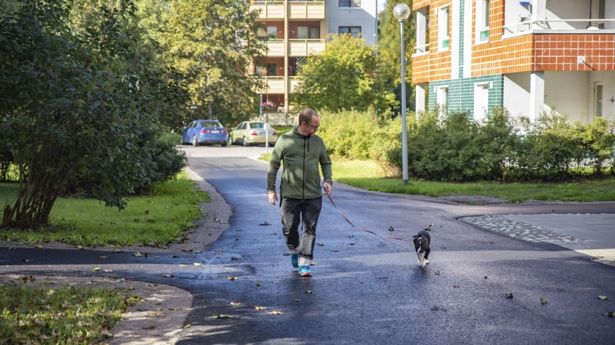 Janne Keinänen taluttamassa Pipsa-koiraansa.