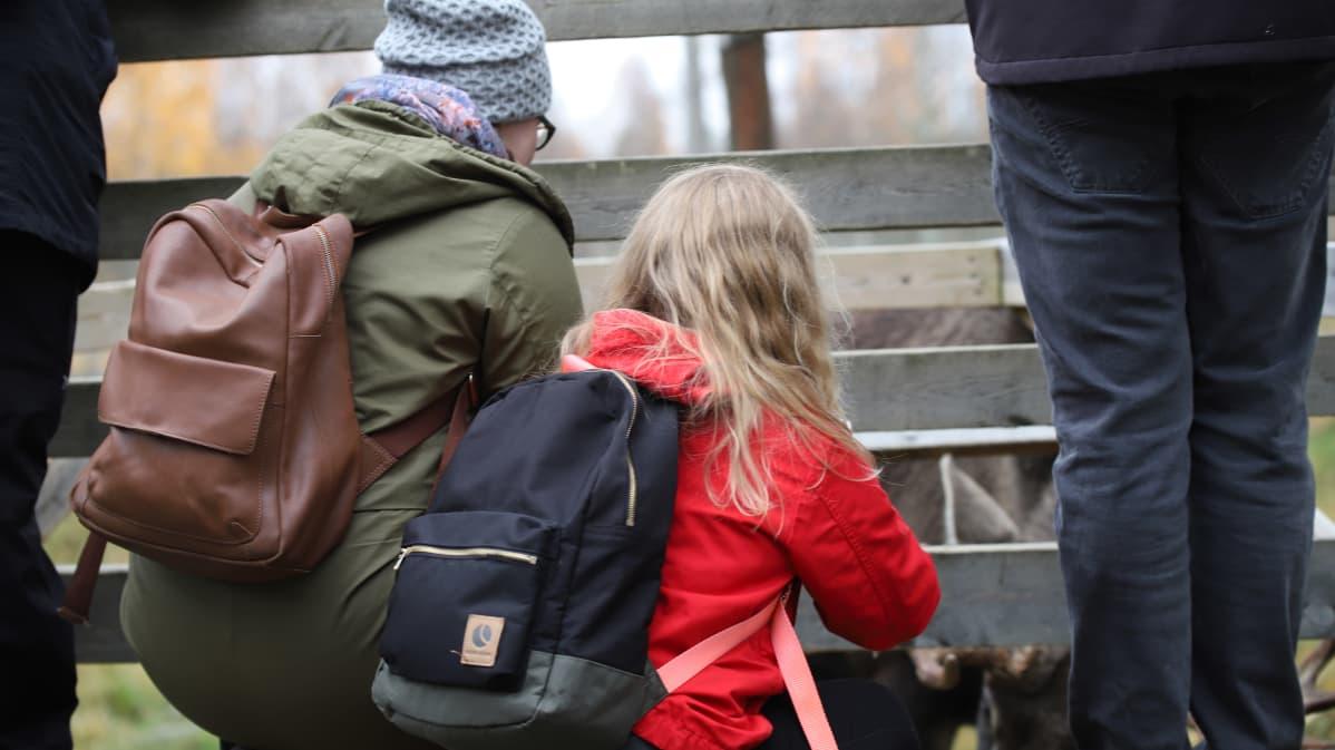 Ihmisiä vierailemassa Ranuan eläinpuistossa