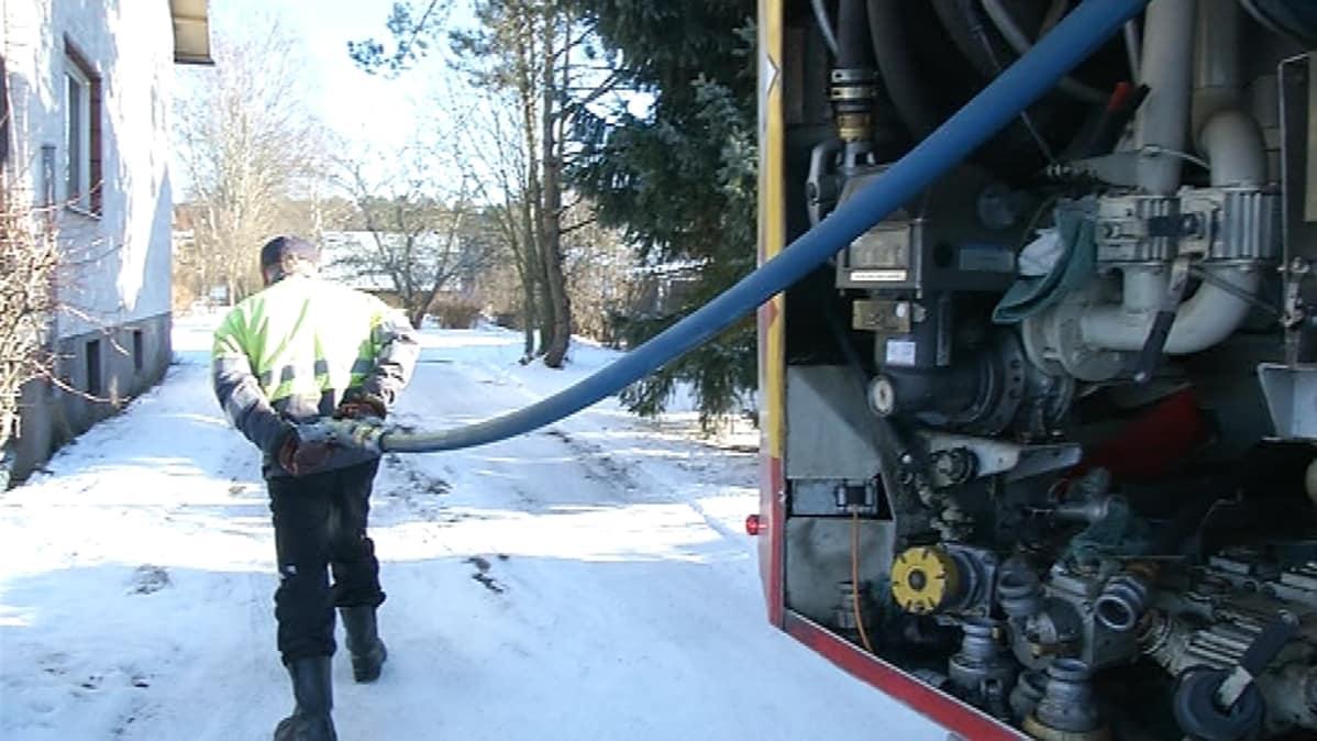Öljyntoimittaja vetää letkua perässään.