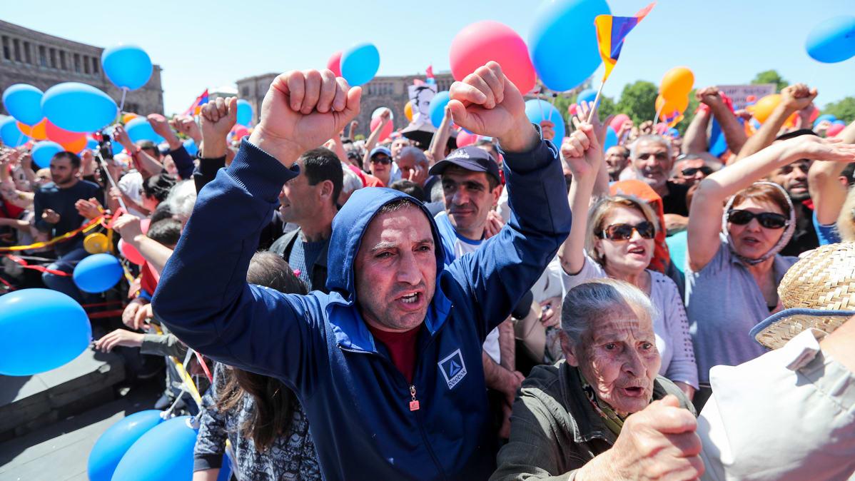 Kymmenet tuhannet ihmiset ovat kaduilla oppositiota tukevassa mielenosoituksessa.