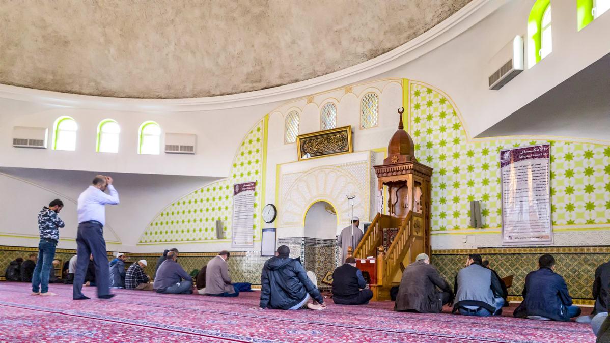 miehet istuvat moskeijan lattialla