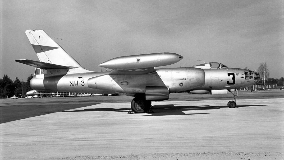 Iljushin Il-28 Utin kentällä.