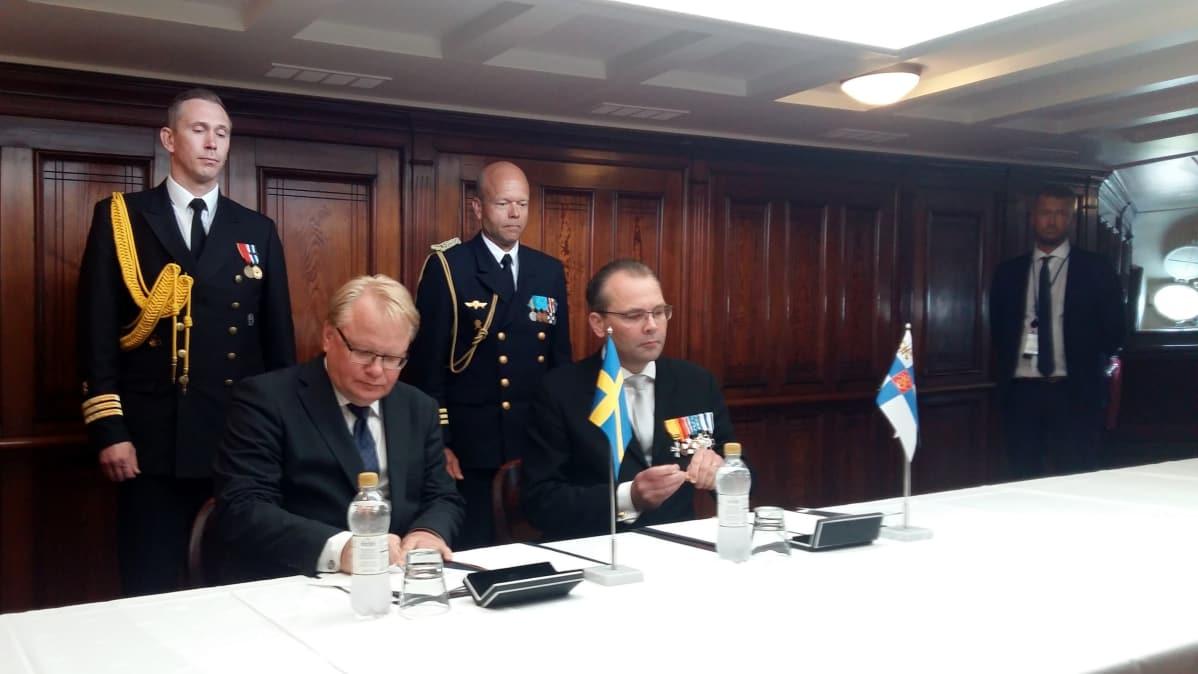 Puolustusministerit allekirjoittavat pöytäkirjaa.