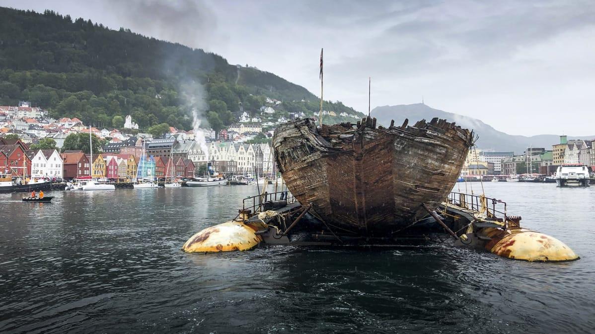 Maud-laivan jäännökset ponttoonien päällä
