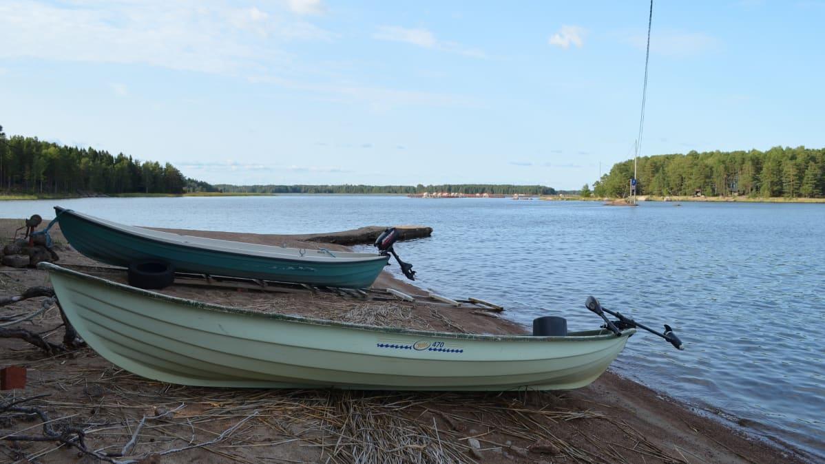 Kaksi venettä hiekkarannalla Virolahdella. Paikka on ollut tsaari Nikolai II:n suosima uimapaikka.