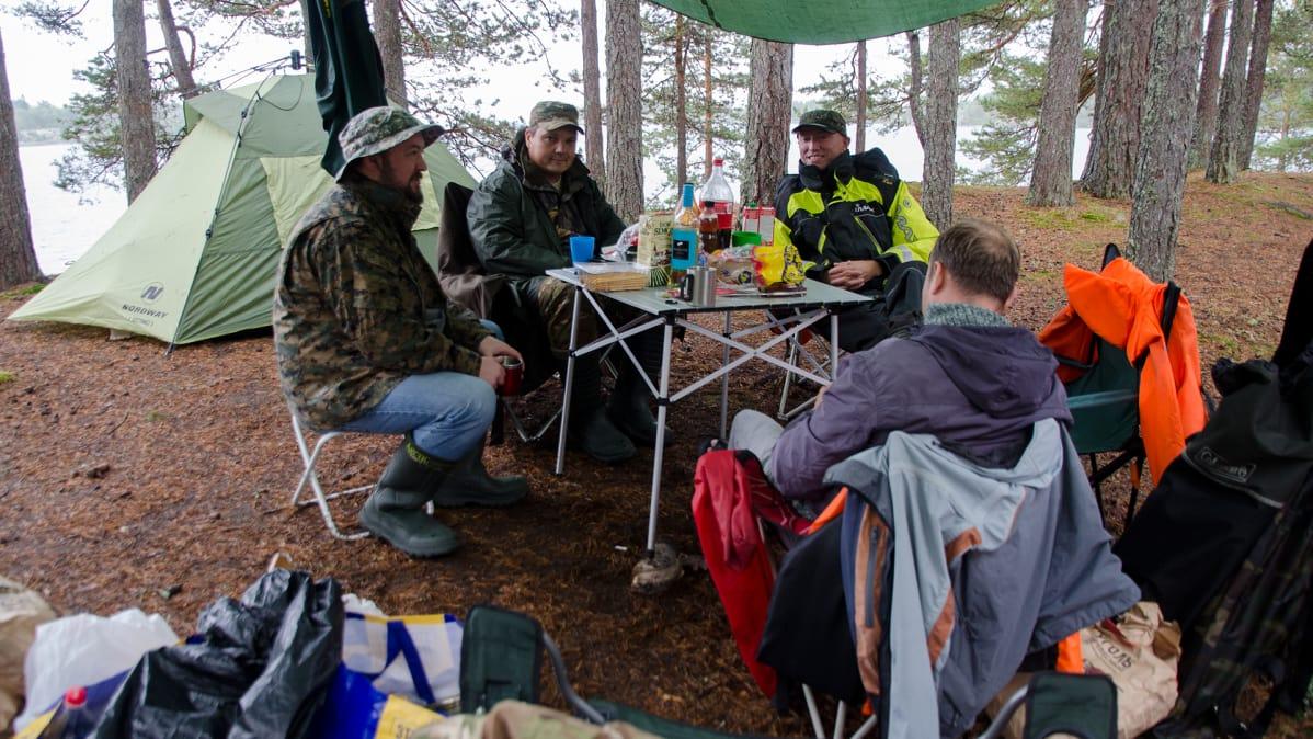 Retkeilijöitä  Laatokan kansallispuistossa.