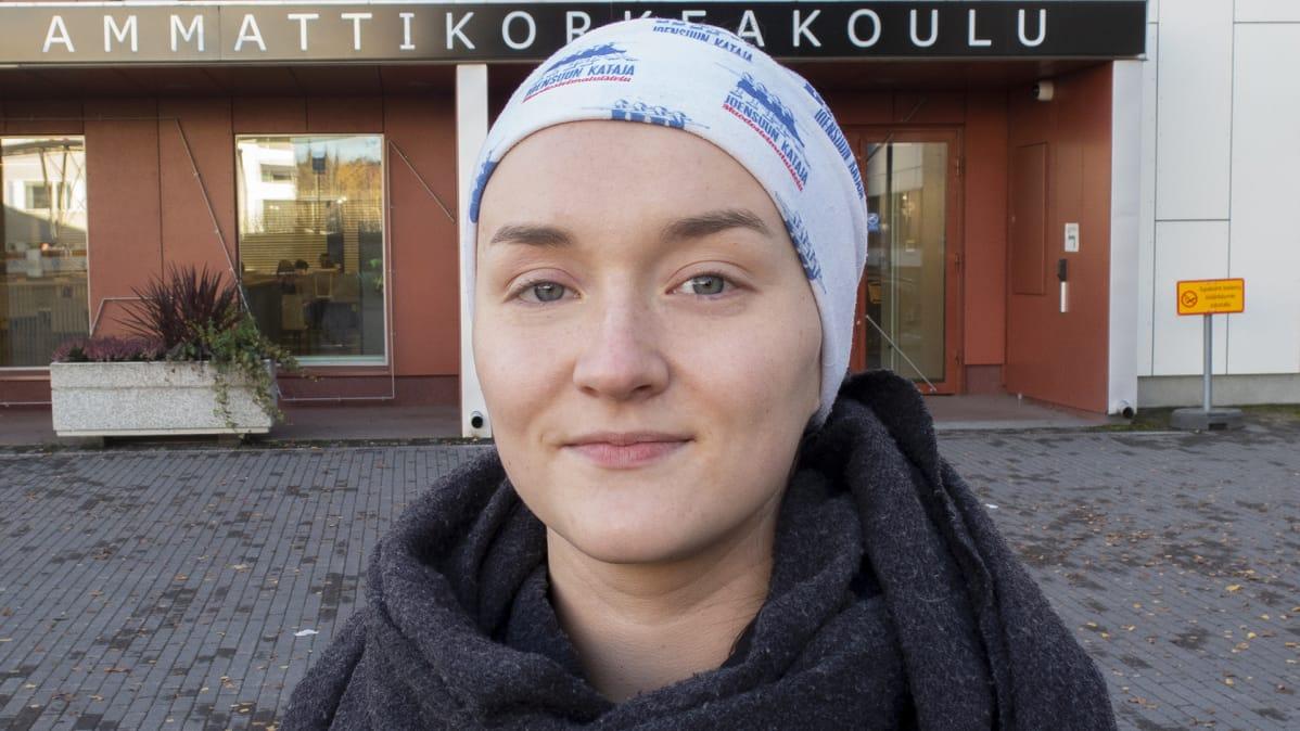 Riitu Kivinen opinahjonsa Tampereen ammattikorkekoulun edessä