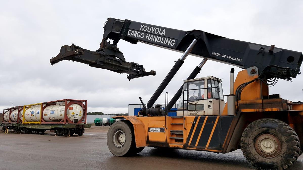 Konttikurottaja Kouvola Cargo Handlingin pihalla
