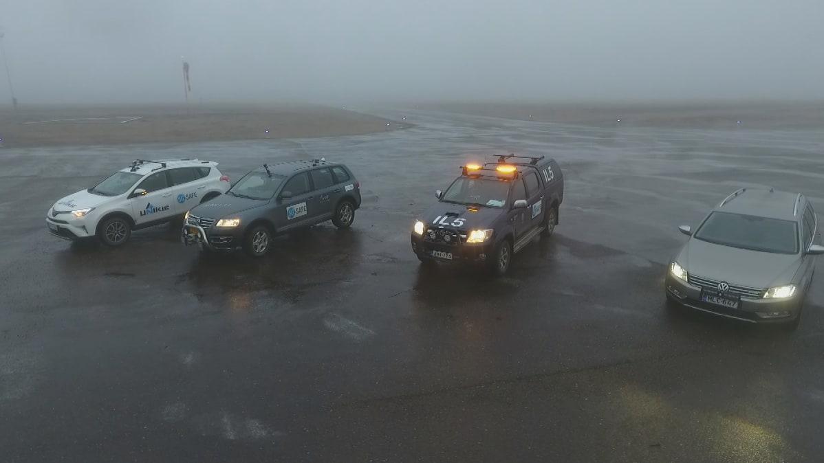 VTT:n ja Ilmatieteen laitoksen 5G-teknologialla varustetut testiautot Sodankylän testiradalla.