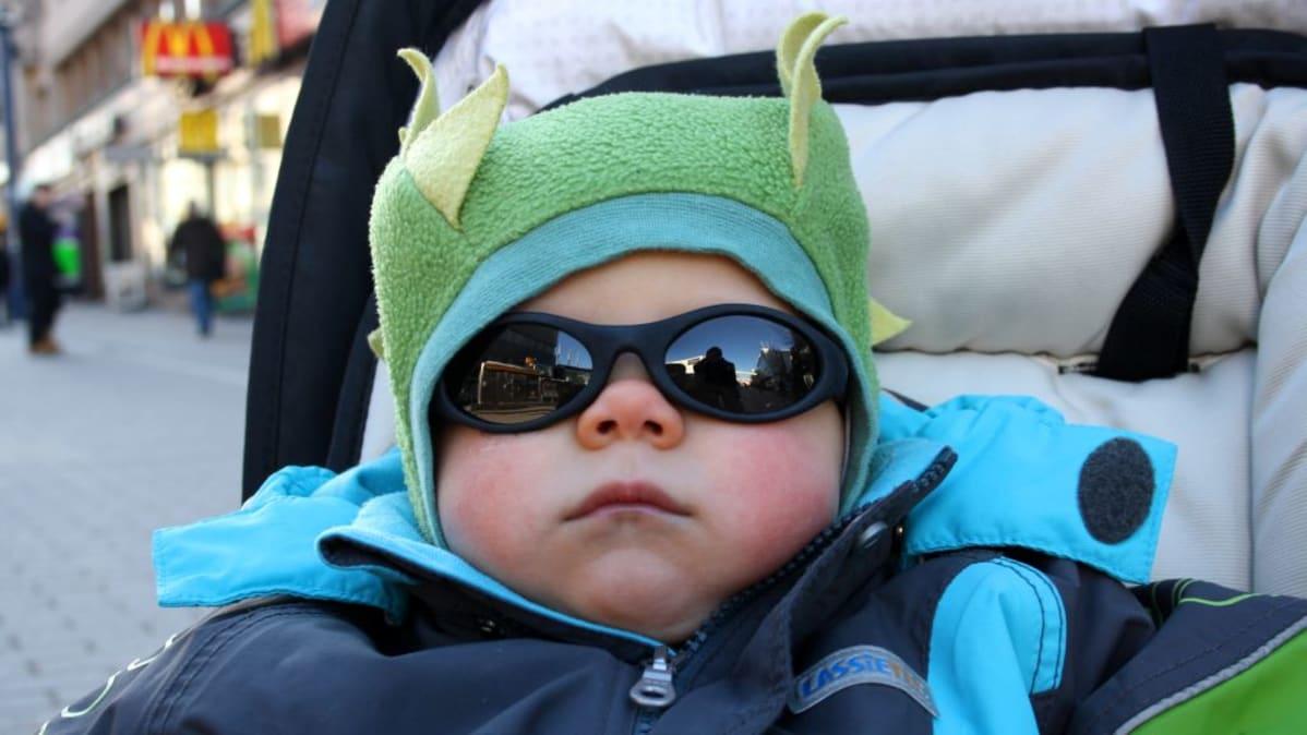 Reilun vuoden ikäinen Kaapo vasta totuttelee aurinkolaseihin. 9928878a3c