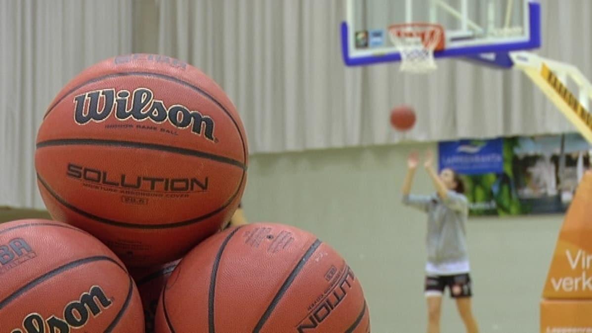 Catz ja PeKa vahvoina naisten koripallon välierissä  b86be1e85f
