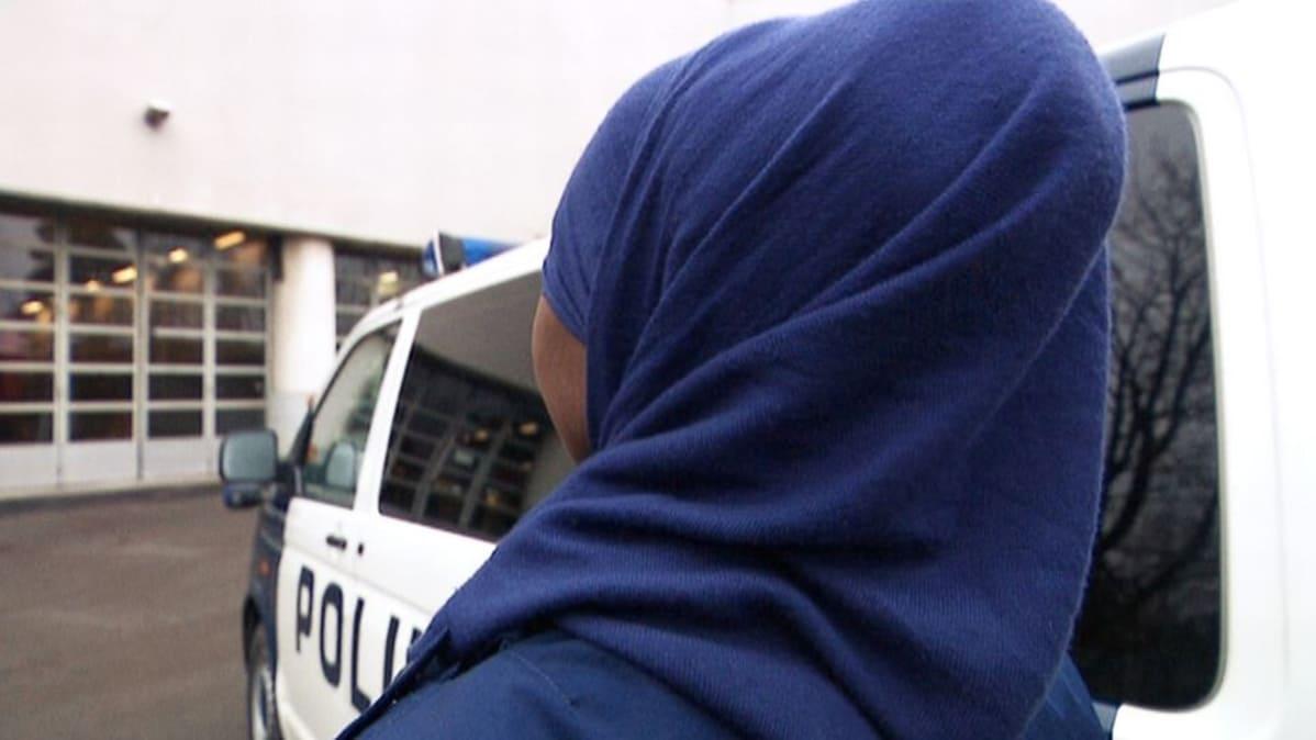 koetilanne huivipäinen naispoliisi. Kuvitteellinen tilanne miltä  huivipäinen poliisi voisi näyttää. 874eae8589